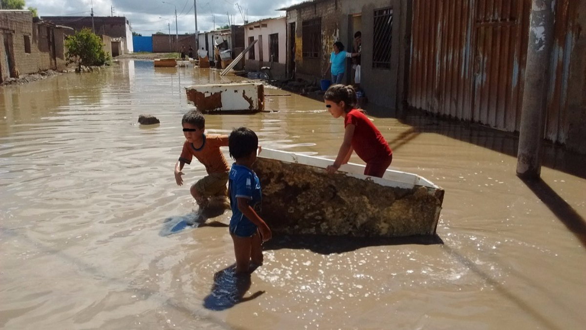 Niños juegan inocentemente en agua estancada por lluvias sin medir los riesgos