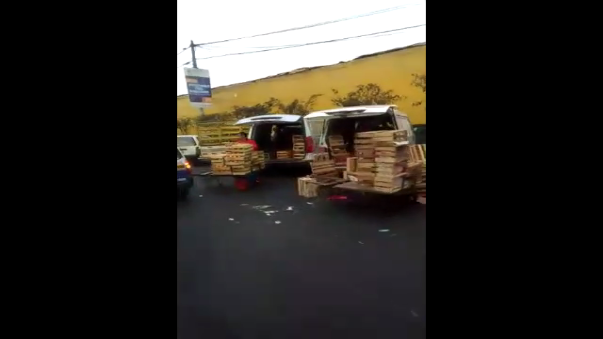 Así se encuentra en ingreso al mercado de furtas. Rodeado de vehículos estacionados que obstruyen el tránsito.