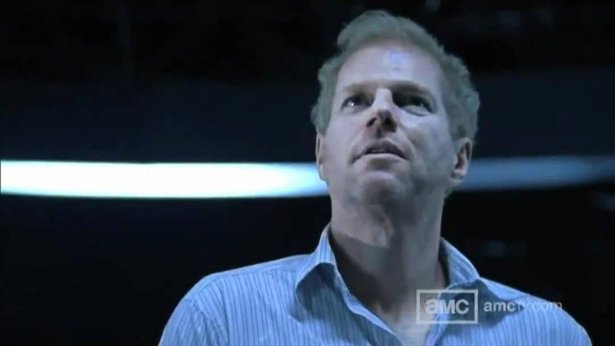 El Dr. Jenner del CDCE de Atlanta le explica a Rick Grimes el proceso de transformación de un humano a zombie.