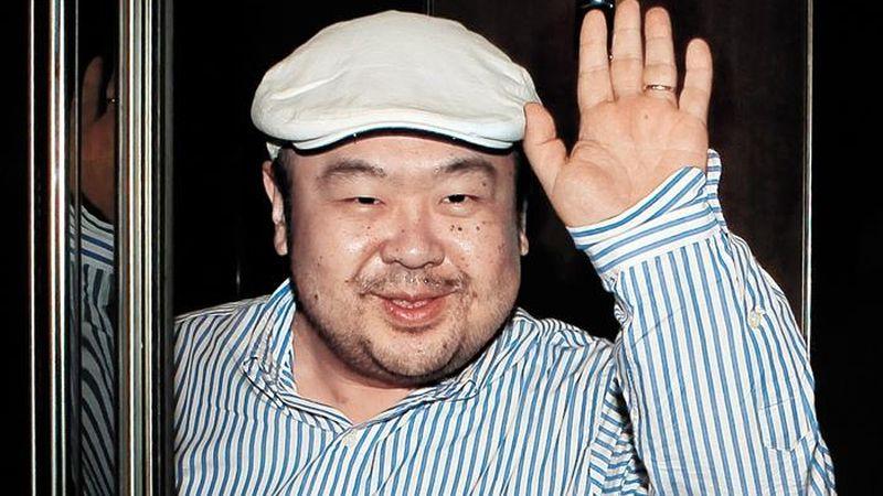 Medios surcoreanos afirmaron que Kim Jong-nam murió tras ser atacado con agujas envenenadas o con un espray tóxico -según las diferentes versiones- por dos mujeres en el aeropuerto internacional de Kuala Lumpur, y añadieron que las sospechosas se dieron a la fuga en taxi.