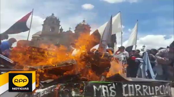 Universitarios quemaron ataúdes en rechazo a la corrupción.