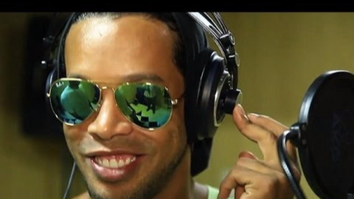 Ronaldinho colaboró con el cantante brasileño Edcity.