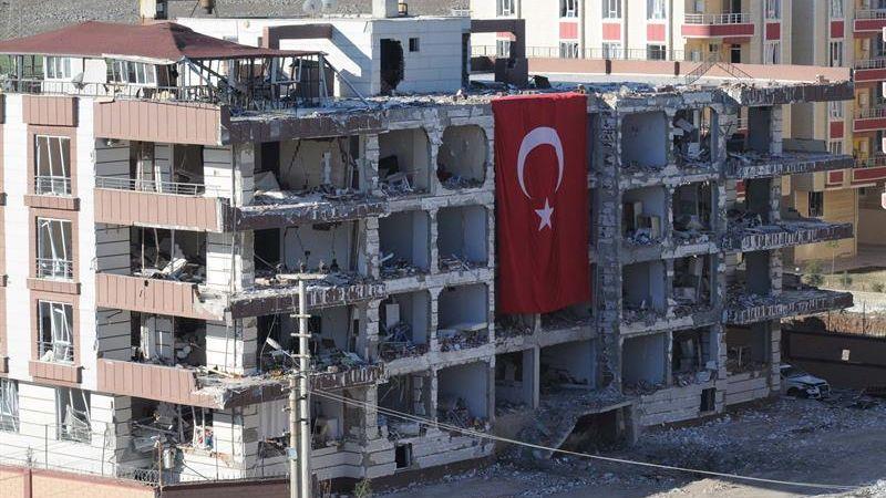 La explosión se registró frente a un complejo de viviendas para miembros de la judicatura y las primeras fotografías difundidas por la prensa turca mostraban un edificio del que la explosión había arrancado gran parte de la fachada, lo que hacía temer un saldo de víctimas importante.