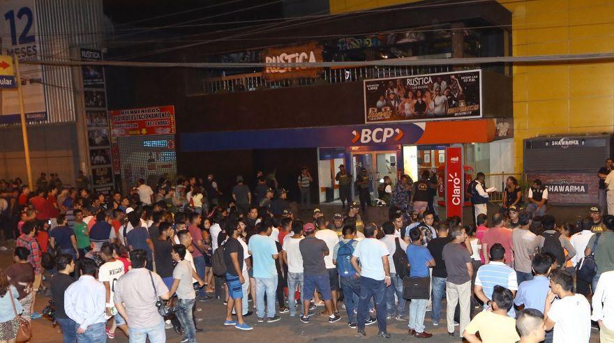 En las imágenes se observa cómo es que Romero Naupay ingresa la agencia del Banco de Crédito donde mató a una joven universitaria.