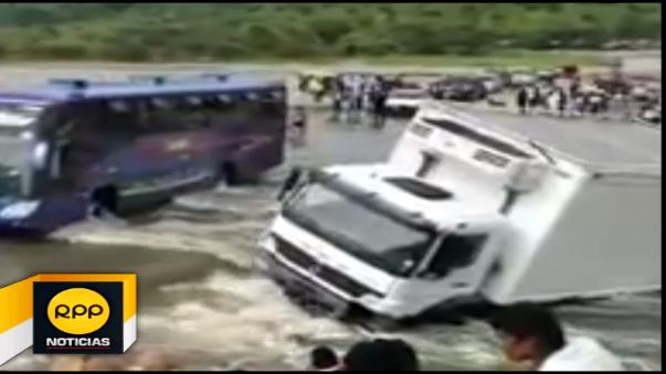 En la carretera que une esta provincia con Piura, un camión de carga fue arrastrado por la fuerza del agua.