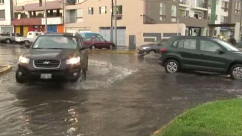 EL nivel de agua alcanzó los 10 centímetros en el cruce de las avenidas Escardo e Intisuyo en el distrito de San Miguel.