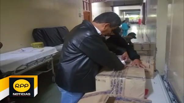 Unas 56 galoneras del insumo desinfectante se decomisó en el hospital Honorio Delgado.