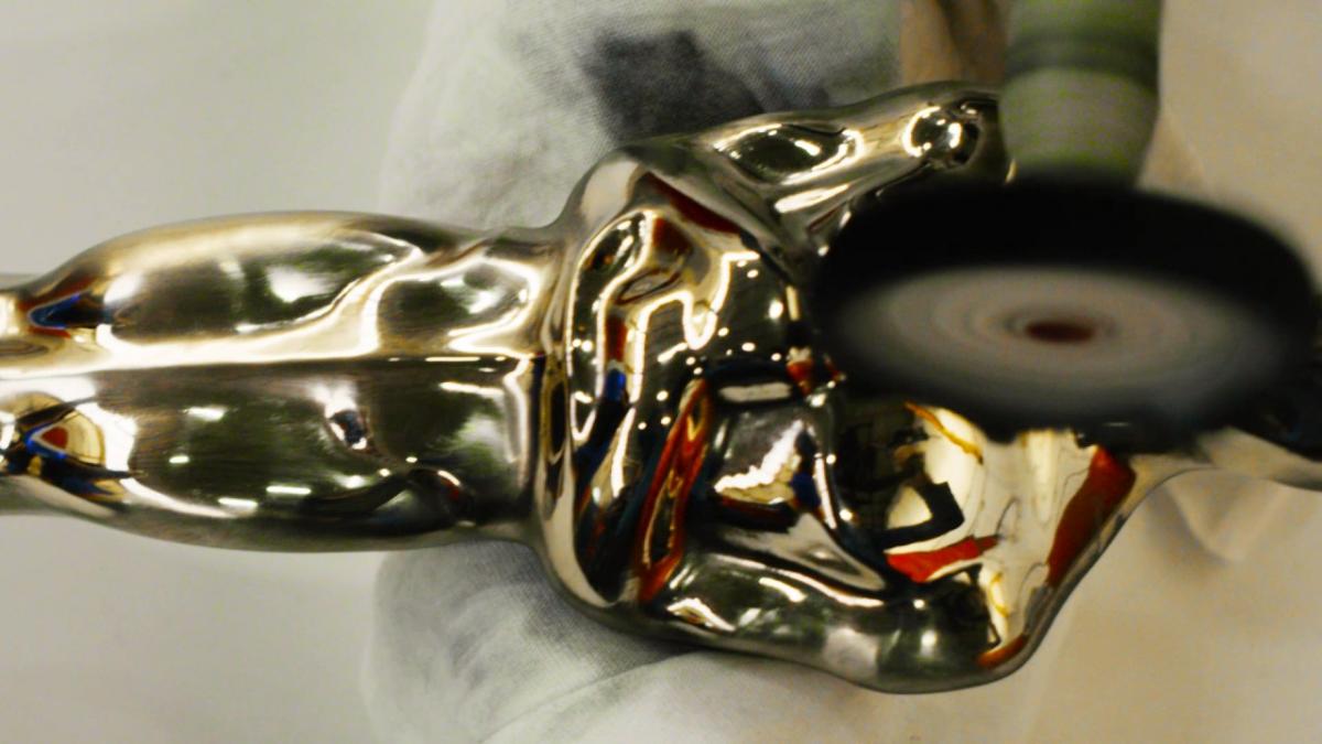 El Oscar está hecho de bronce macizo y están chapadas en oro de 24 quilates.