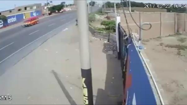 Cámaras de seguridad captan choque de camión contra combi y moto.