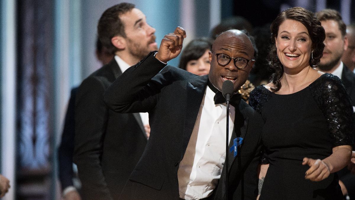 El director Barry Jenkins celebrando su inesperado premio.