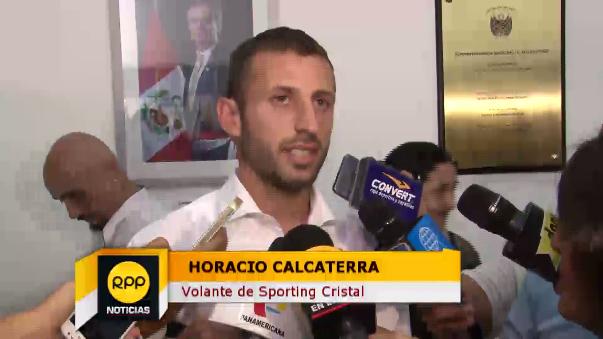 Horacio Calcaterra cantó el himno nacional en la sede principal de Migraciones.