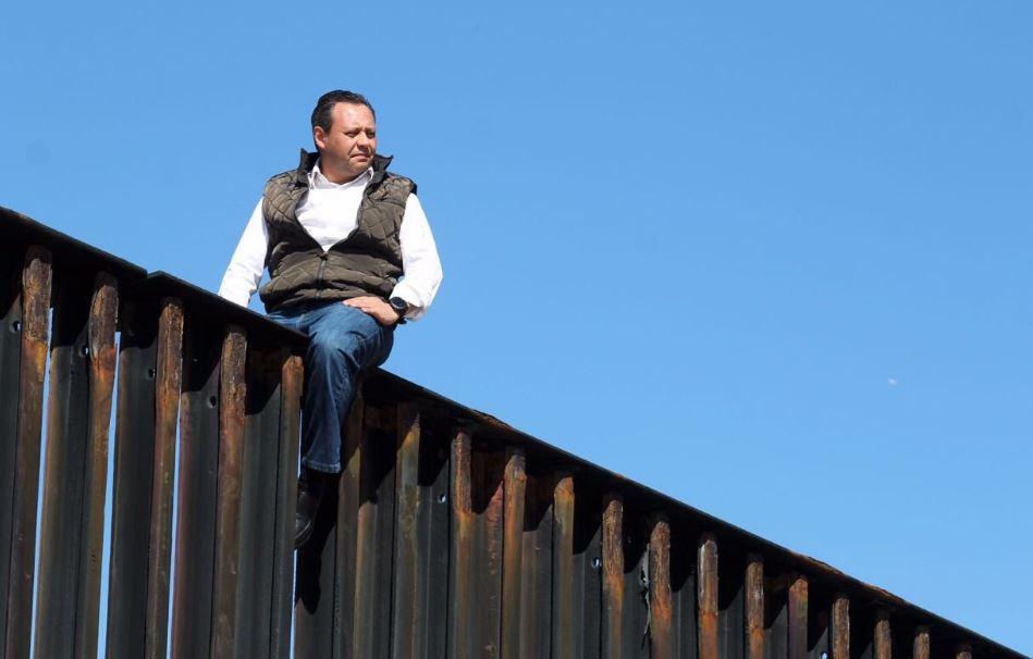 Desde el muro, el diputado recordó los esfuerzos de John F. Kennedy para unir a Estados Unidos y Latinoamérica.