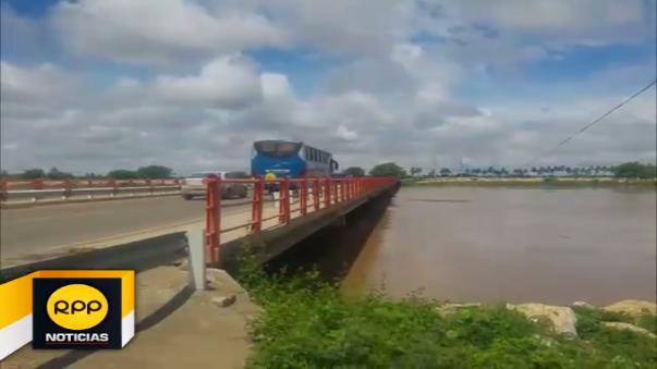 Río Piura amenaza con desbordarse.