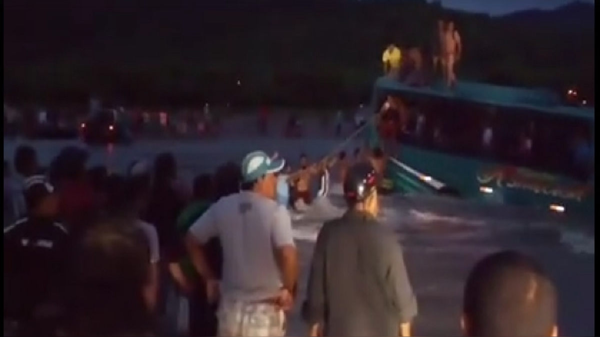 Los pobladores tendieron una cuerda para evacuar a los pasajeros hacia la orilla.