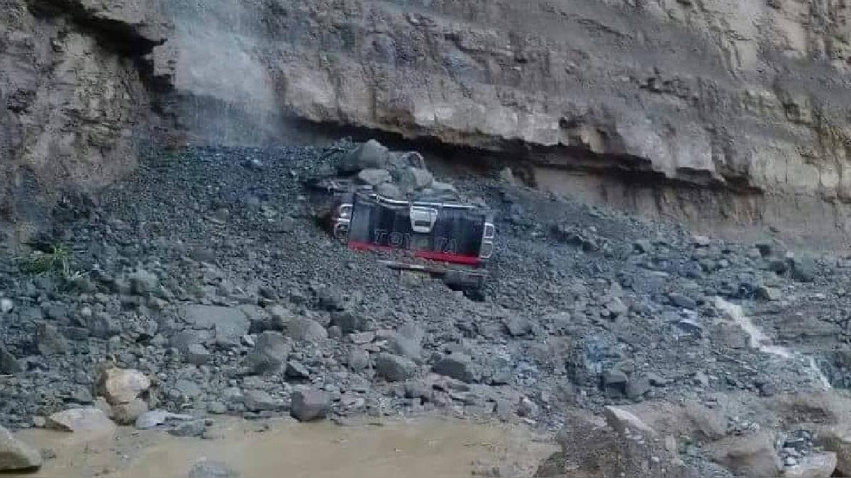 La camioneta de la empresa Araujo quedó semienterrada.