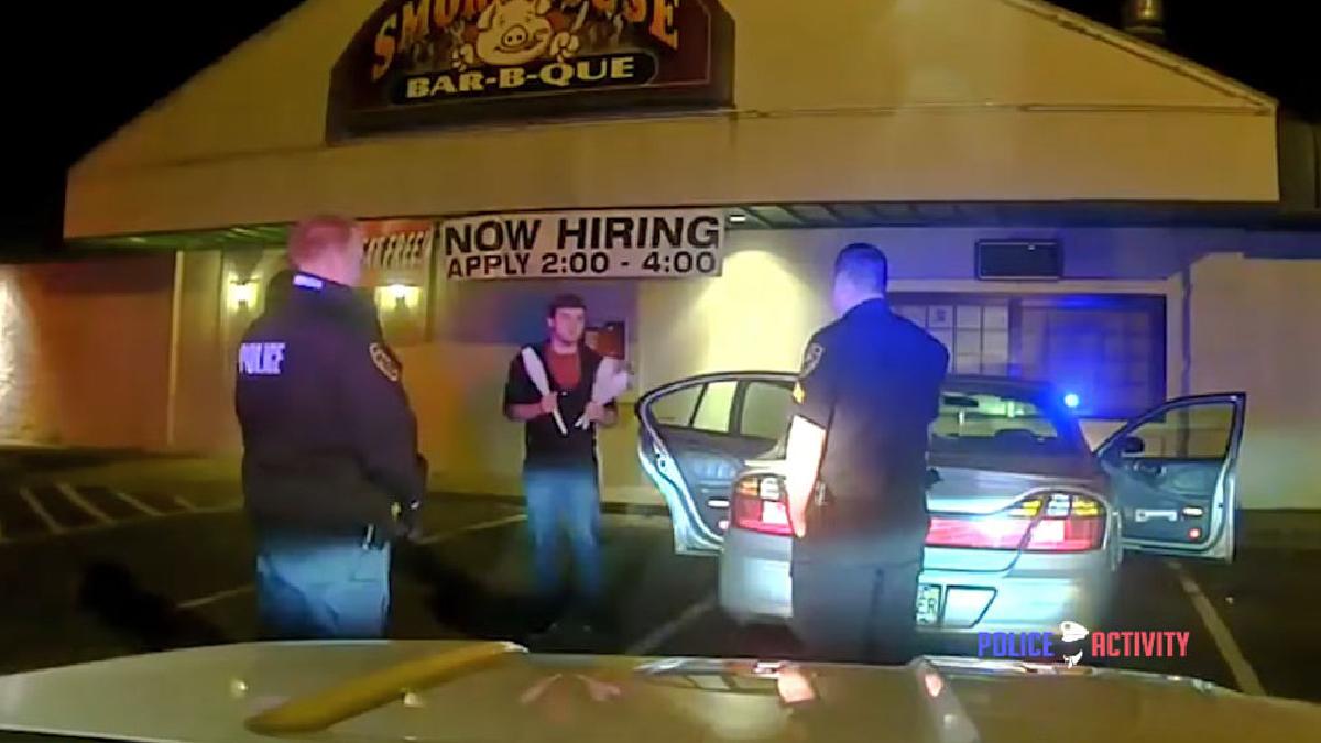 Un estudiante sorprendió a dos policías con una inusual manera de demostrarle que estaba sobrio. Su demostración empieza en el minuto 04:42 del video.