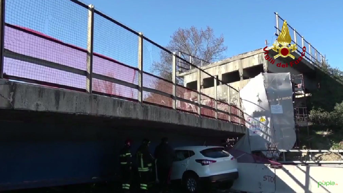 Dos muertos al derrumbarse un puente sobre una autopista en Italia.