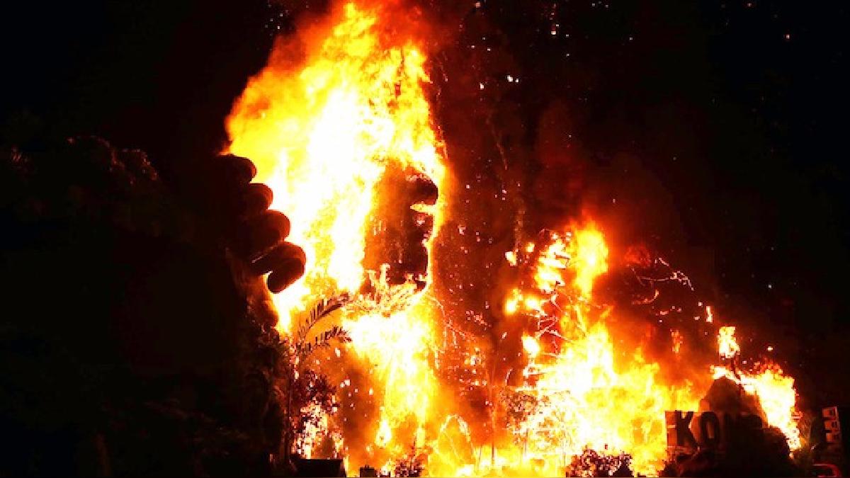 La estatua de 5 metros de alto ardió en llamas y desató el pánico en un centro comercial de Vietnam.