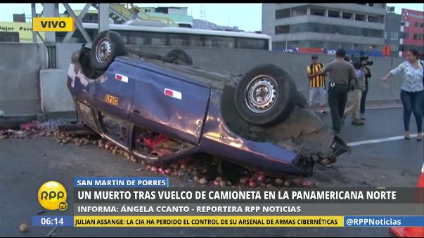 El auto station wagon en el que viajaba la víctima quedó volteado en medio de la pista.