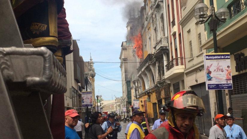 La zona se encuentra restringida mientras los bomberos continúan trabajando.