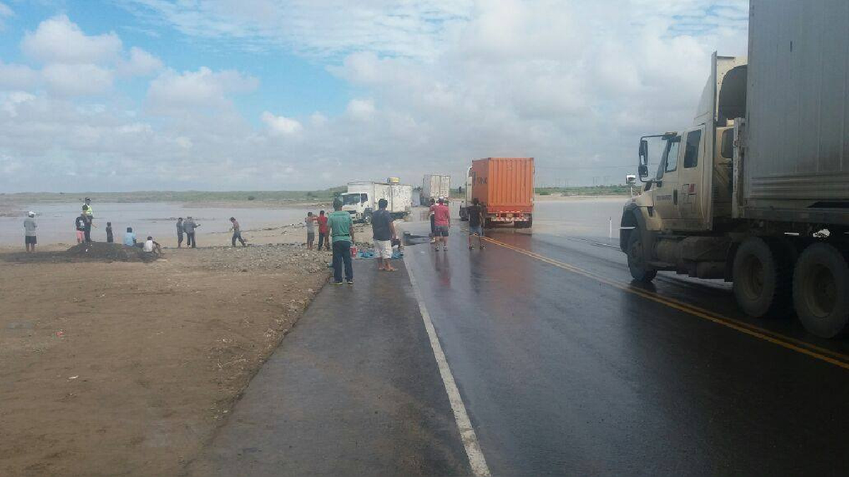 Existe congestión vehicular en ambos lados, debido a los daños registrados en un carril de la vía.