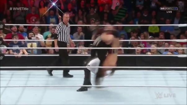Variación de la técnica originalmente desarrollada por Scott Steiner, el rival tiene muy pocas posibilidades de rodar y evitar un golpe directo.