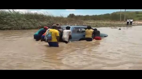 La excesiva cantidad de agua pone en seria dificultad el tránsito de los vehículos en este punto de Sullana, Piura.