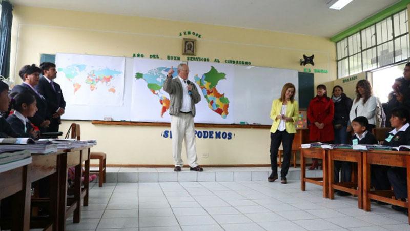 El mandatario compartió con los alumnos del colegio Roberto Quispe Pomalaza, algunas frases en inglés y elogió el dominio del quechua de los niños.