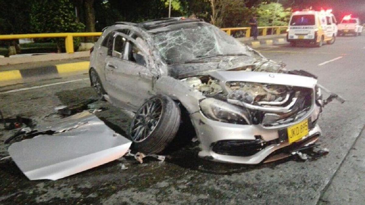Un Mercedes Benz resultó destruido en un túnel de Colombia.