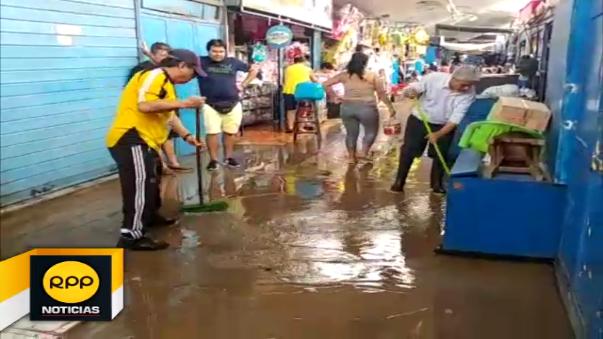 Comerciantes del mercado Modelo de Chiclayo evacuaron aguas de sus puestos de venta.