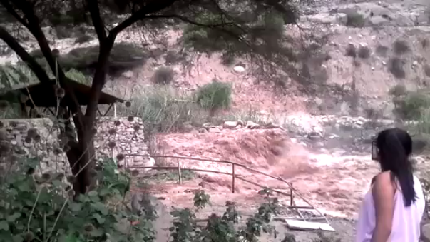 Río Lurín se desborda y amenaza con inundar a las zonas locales.