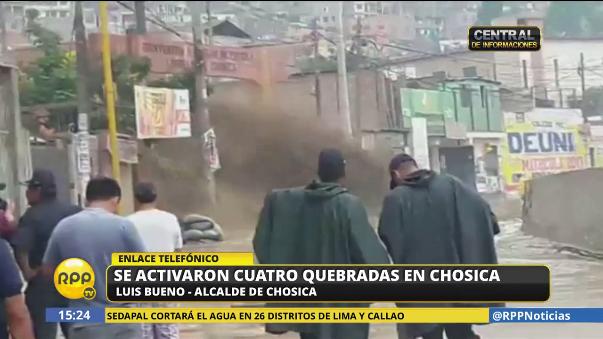 Grandes torrentes de agua caen sobre las calles de Chosica.