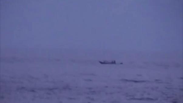 El momento en el que la lancha es intervenida por las autoridades marítimas.