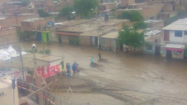 Muchos pobladores están cruzando las aguas imprudentemente en la ciudad.