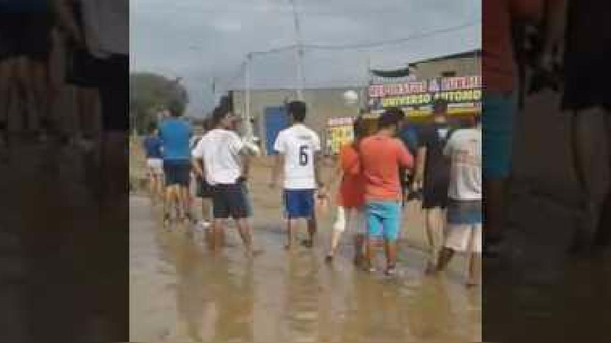 En este video se observa cómo las aguas del río Huaycoloro inundan las calles de Lima.