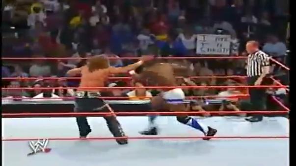Shawn Michaels usa su famosa llave en Shelton Benjamin y lo deja K.O. en el acto.