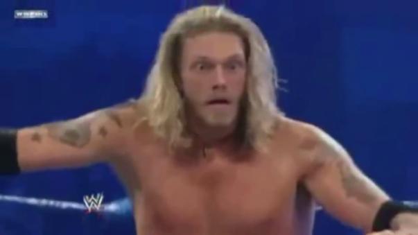 Edge aplica una sorprendente lanza a Big Show.
