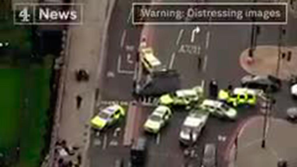 Varias ambulancias atienden a los atropellados en el puente Westminster, una mayor atracción turística en Londres.