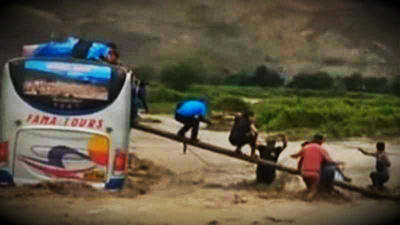 El bus de la empresa Fama Tours quedó varado en medio de una quebrada.