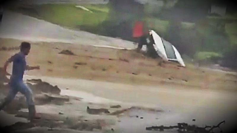 El auto fue arrastrado por el desborde de una quebrada en Piura.