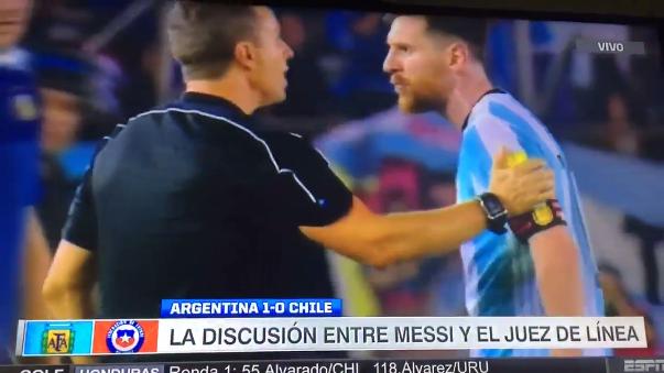 Messi fue a encarar al árbitro al final del partido y lo ofendió con graves insultos.