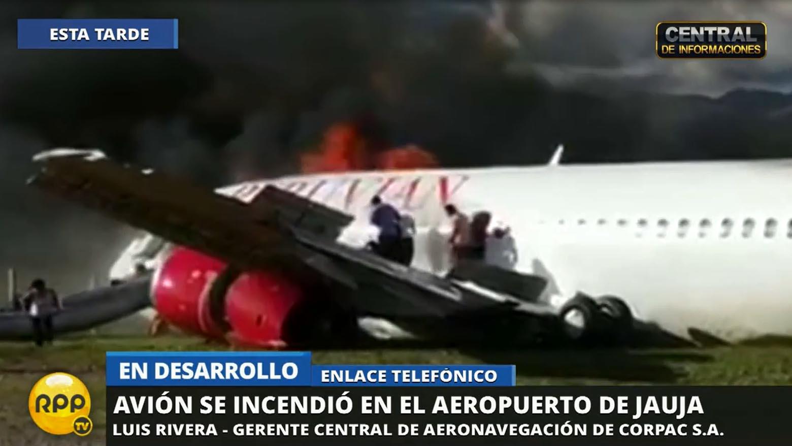 Los pasajeros evacuando el avión de Peruvian Airlines.