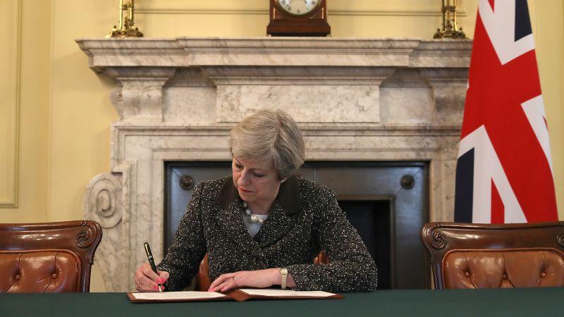 El Gobierno británico divulgó anoche una fotografía en la que se ve a la primera ministra firmar la misiva con la bandera británica a su izquierda y sentada frente a un gran retrato de Sir Robert Walpole (1676-1745), considerado el primer jefe de Gobierno que tuvo el país.