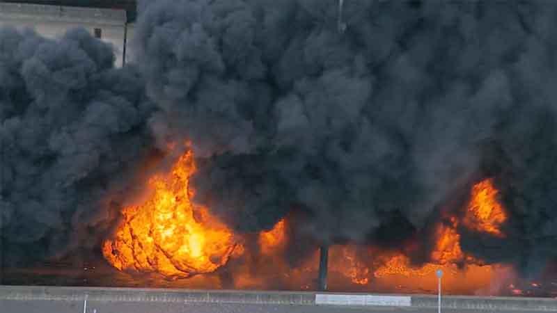 El fuego generó una intensa humareda que impedía a los conductores en el paso sobre nivel ve, afortunadamente no se ha registrado heridos.