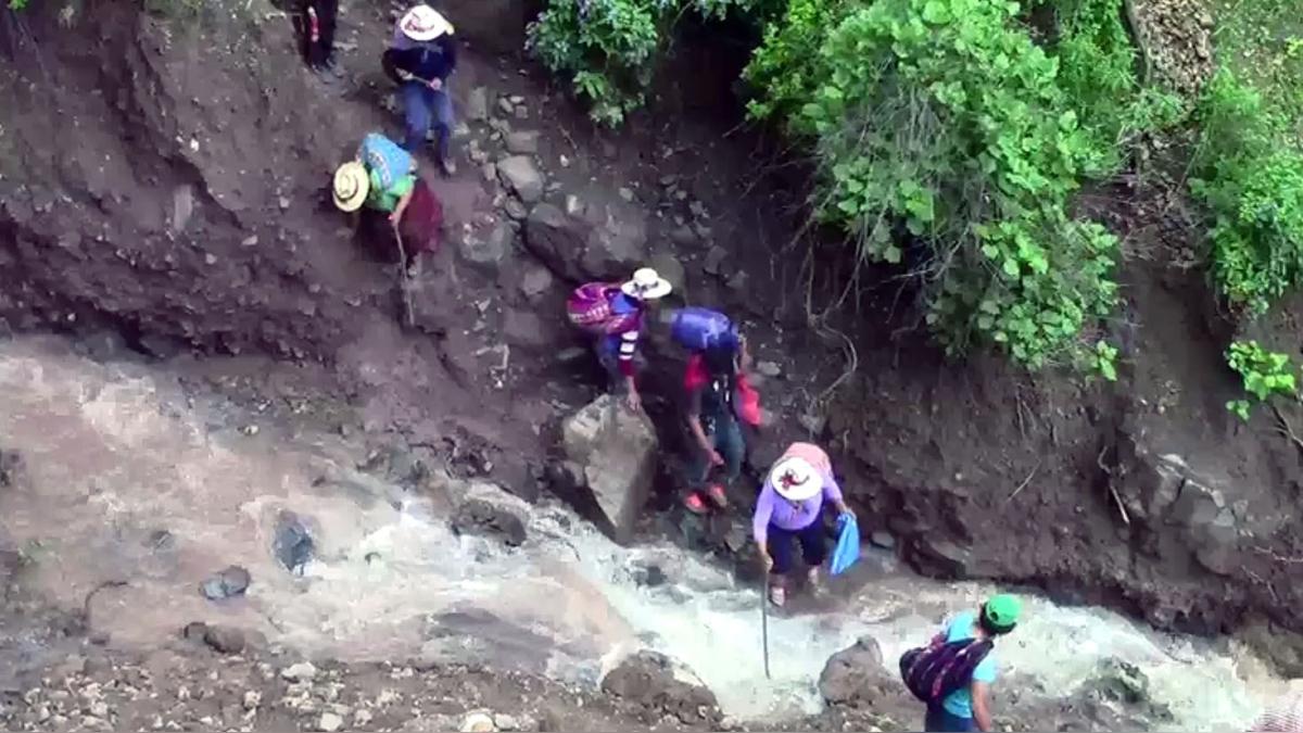 Comuneros arriesgan sus vidas cruzando por cerros y quebradas.