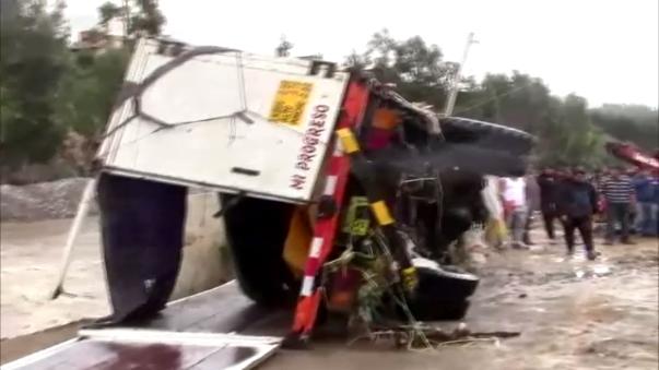 Recuperan camiones que quedaron atrapados en el río Santa.