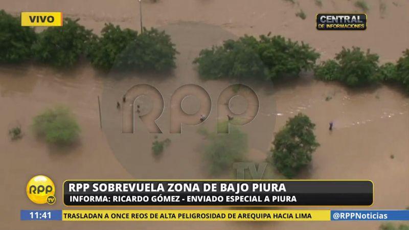 Decenas de personas arriesgan sus vidas al cruzar las zonas inundadas a pie.