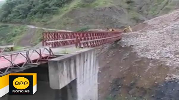 Autoridades muestran como quedó cubierto el puente Mescancha tras los deslizamientos, en la provincia de La Convención, Cusco.