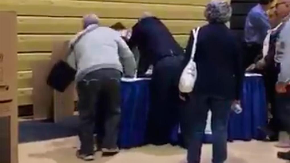La escaramuza fue grabada por ecuatorianos que querían votar.