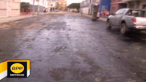 Tramo de la avenida España, una de las principales vías de Trujillo, luce rociada con aceite quemado.